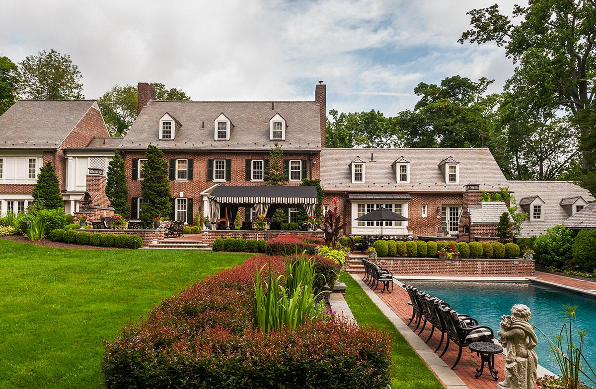 房屋后院建有加热泳池和聚会招待区。