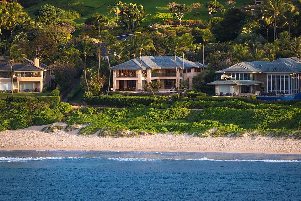 La casa de casi 690 metros cuadrados es una de cuatro en una comunidad cerrada cercana a la Bahía de
