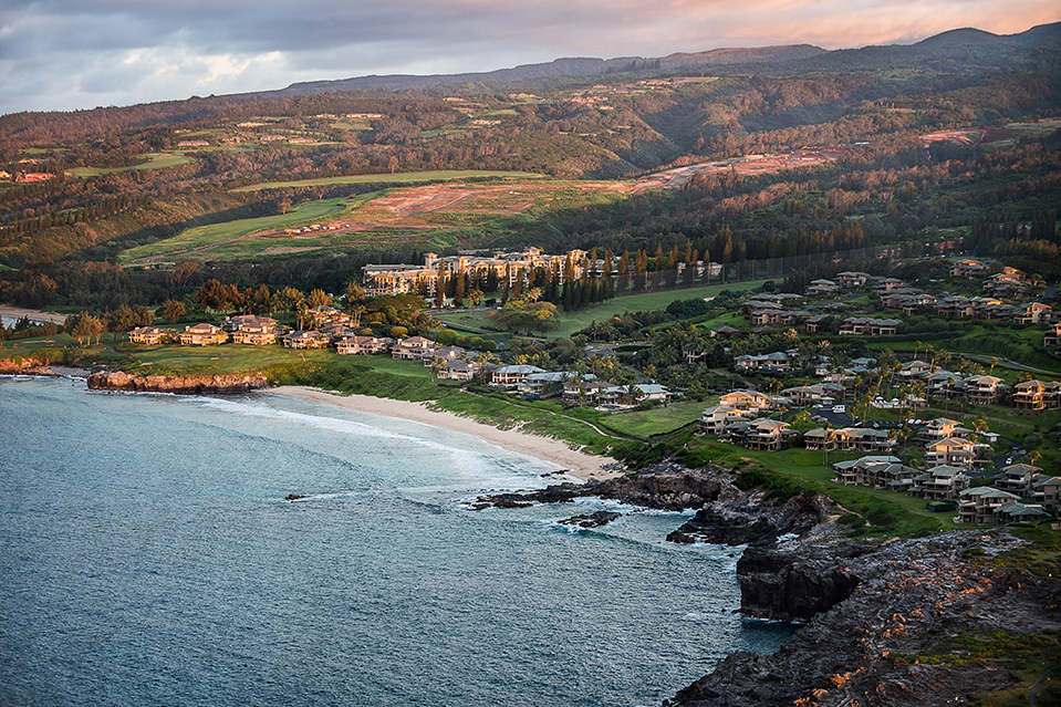La comunidad está ubicada en Kapalua Resort, que tiene dos refugios marinos, dos campos de golf, play
