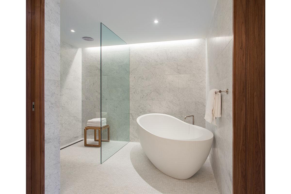 Los baños tendrán pisos de mármol, así como acabados de nogal y níquel pulido.
