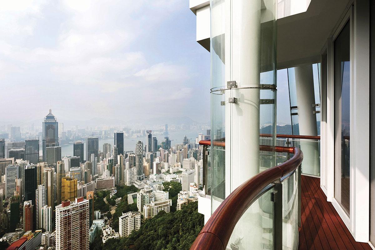 由公寓俯瞰香港维多利亚港全貌。