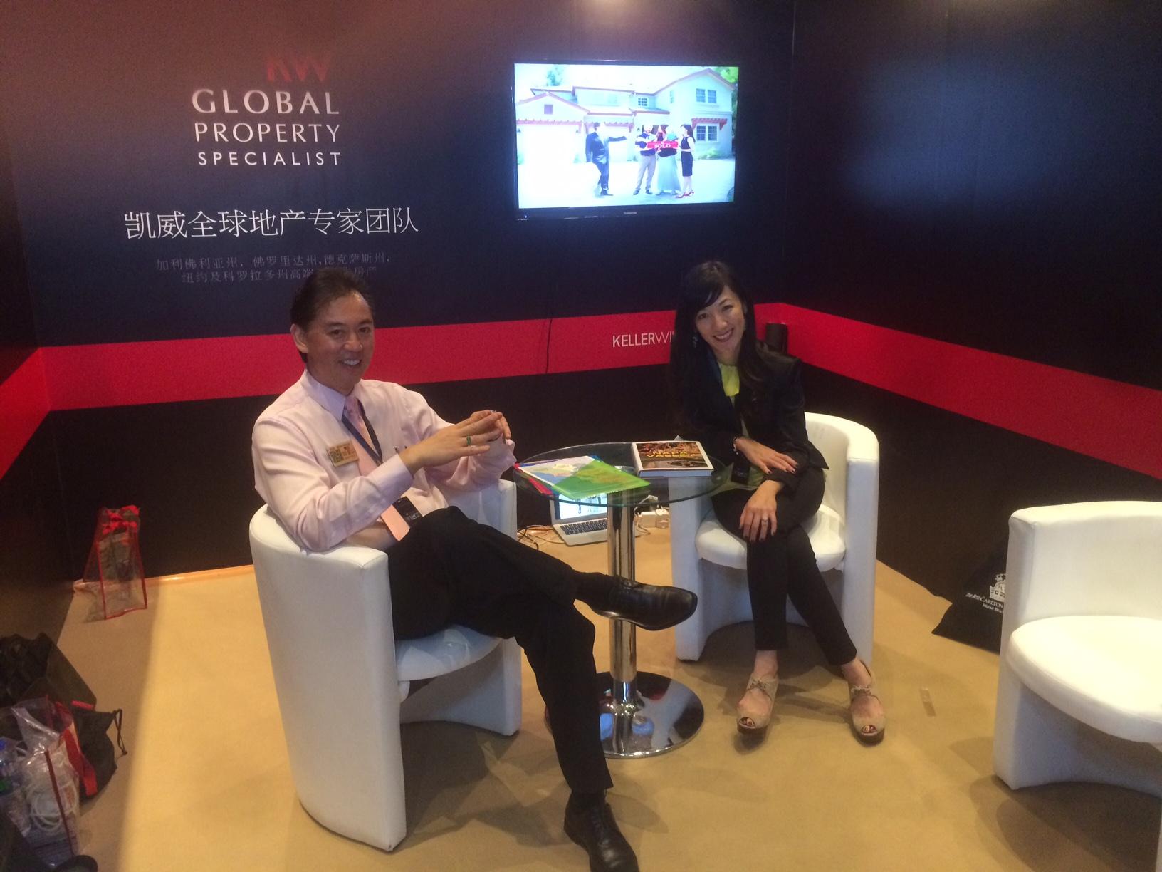 王迈克和他的太太佩琪在广州国际高端房产盛会上。
