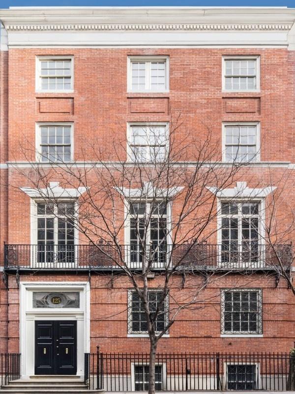 房屋为新乔治亚式红砖建筑。