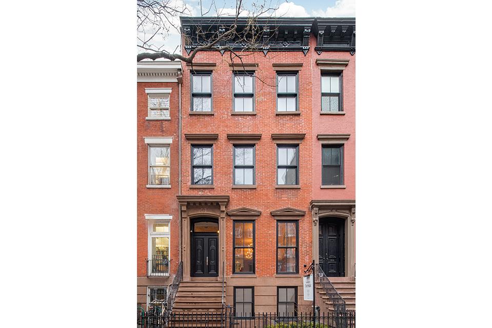 La propiedad de ladrillo rojo está ubicada en la Calle 13 cerca a la Séptima Avenida en Manhattan.