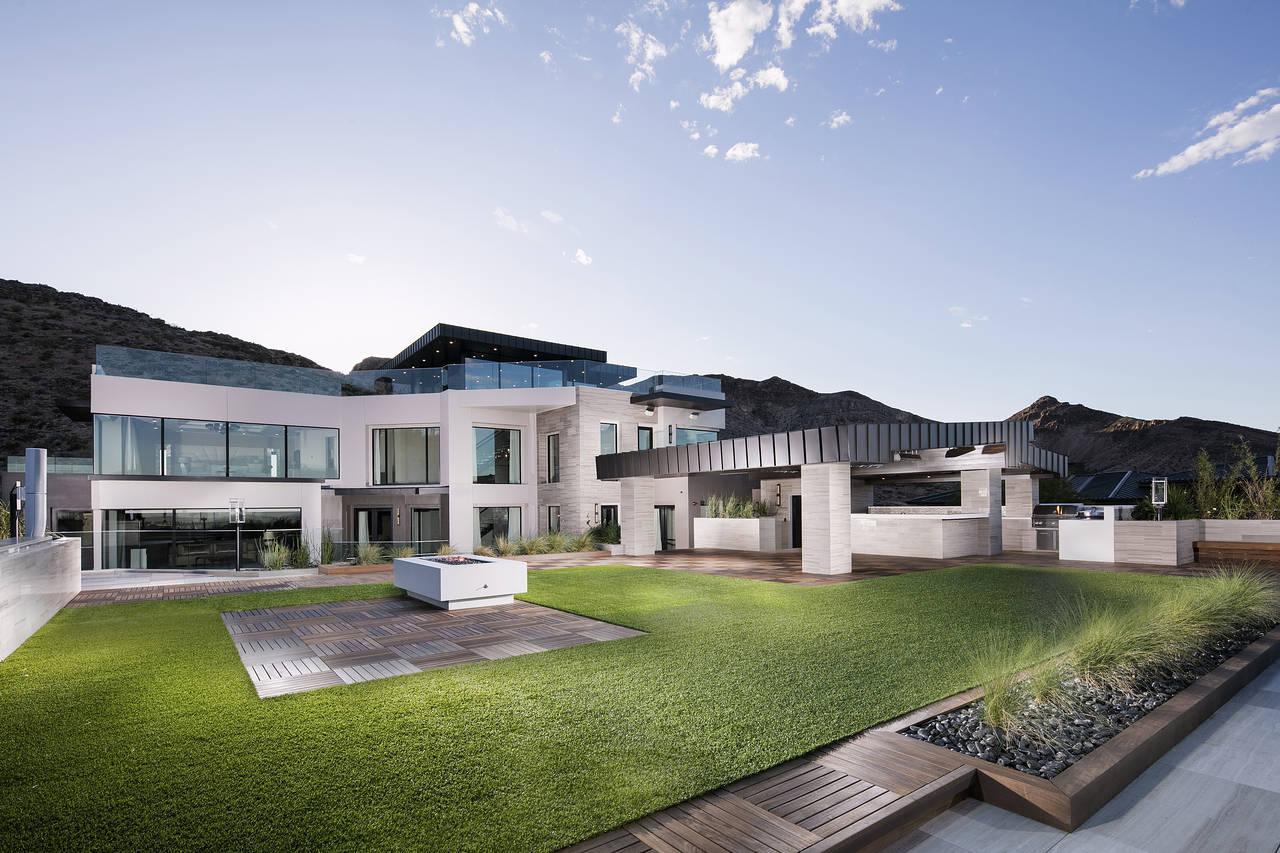 Las vegas estate seeks record 30 million sale mansion for Million dollar homes for sale in las vegas