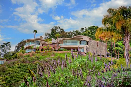 房屋于2007年建成,建筑外观动感十足。<em>Roberto Zeballos</em>