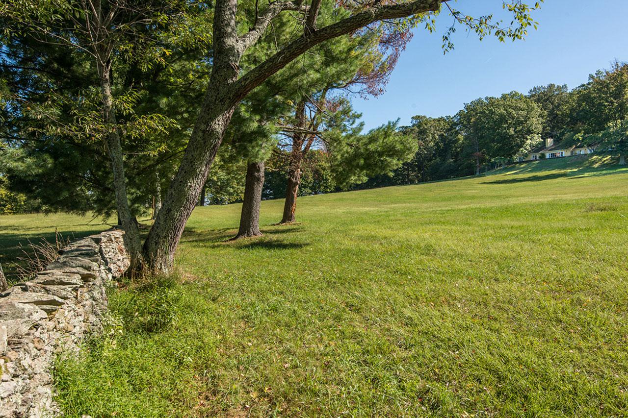 """第一夫人杰奎琳·肯尼迪参与设计的弗吉尼亚州度假屋""""韦克斯福德""""重新挂牌出售。图中右侧为主屋。"""