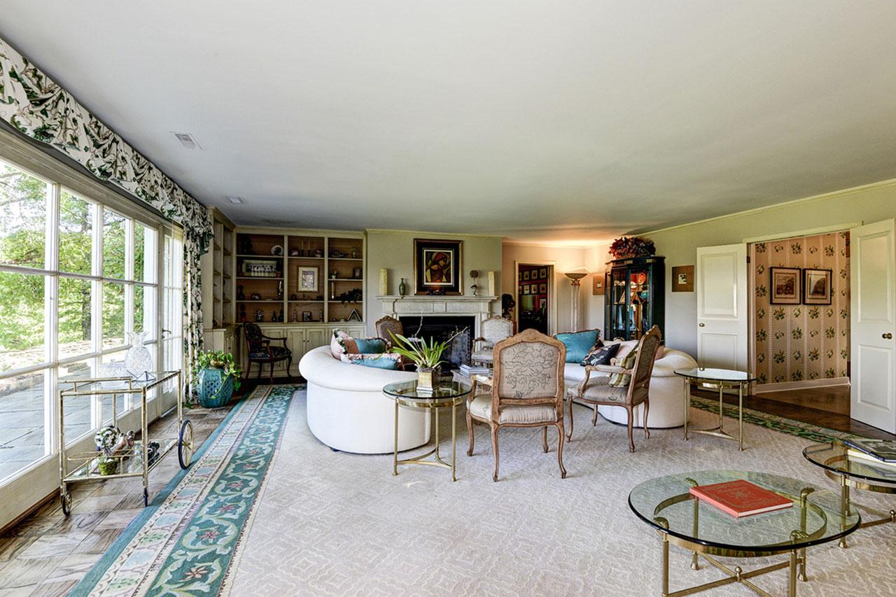 """单层主屋拥有嵌入式书柜和法式双开门,杰奎琳·肯尼迪将其描述为""""圆梦之地""""。"""
