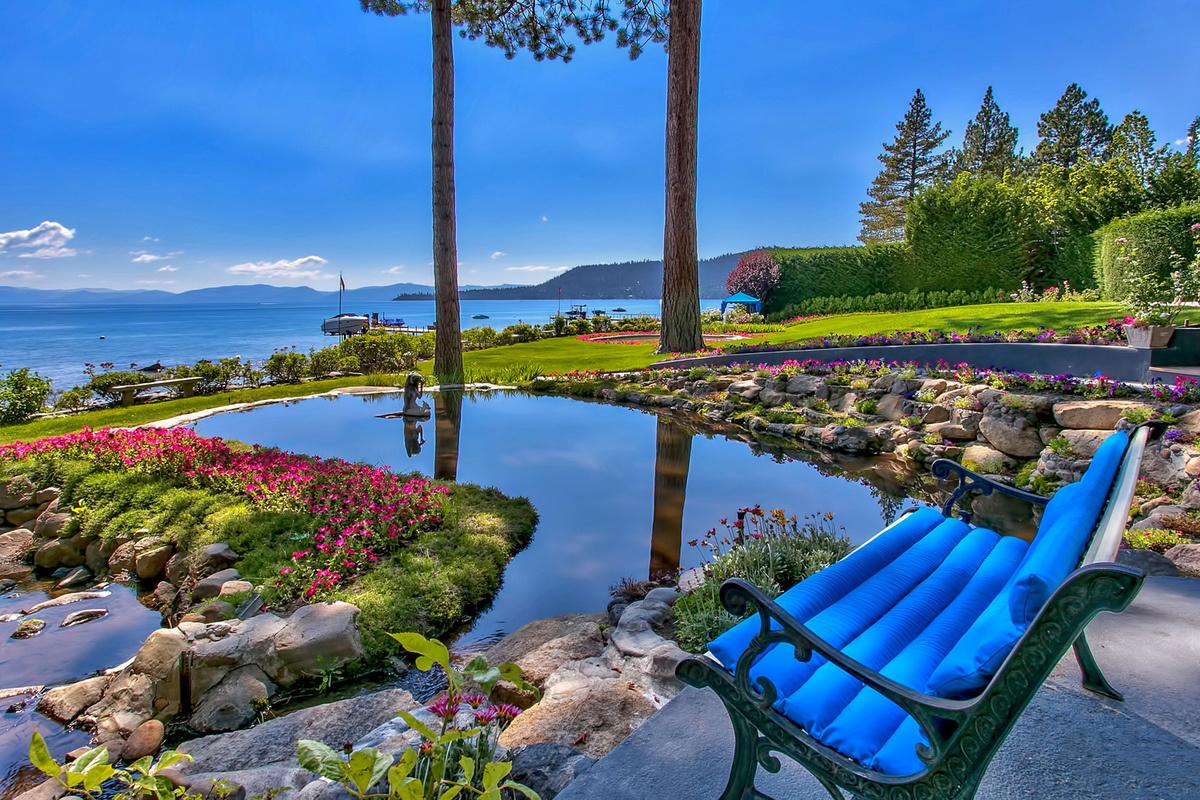 据经纪人介绍,房主投资5万美元,为庭院招待区的花园、喷泉、池塘、小径等处安装了照明系统。户外还建有两个烧烤区及溪畔用餐区。