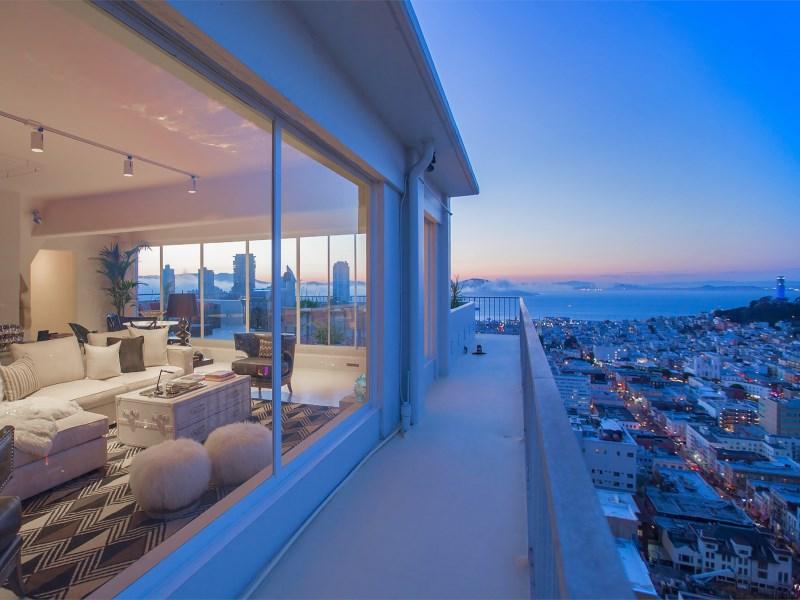 """图为旧金山诺布山(Nob Hill)社区一套在售顶层公寓的屋外景色,该套公寓目前标价949万5000美元。 <a href=""""/es/listings/127074?mod=article_body"""""""