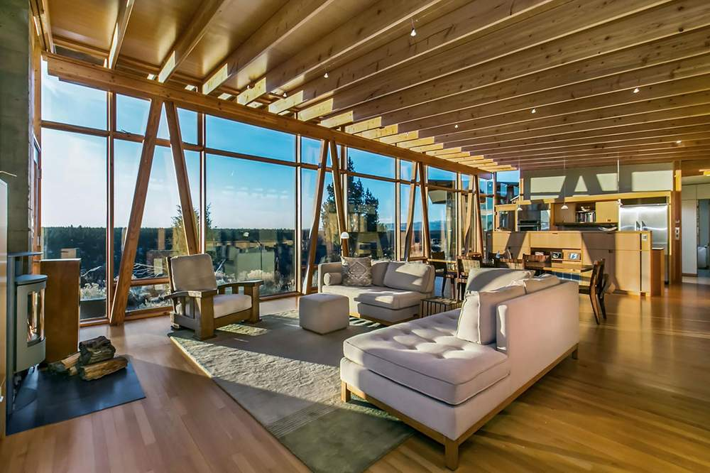 挑高天花板和巨幅落地玻璃窗是这栋度假屋的设计特色。Cascade Sothebys International Realty