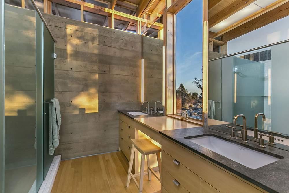 房屋共有两间浴室。图为浴室之一。Cascade Sothebys International Realty