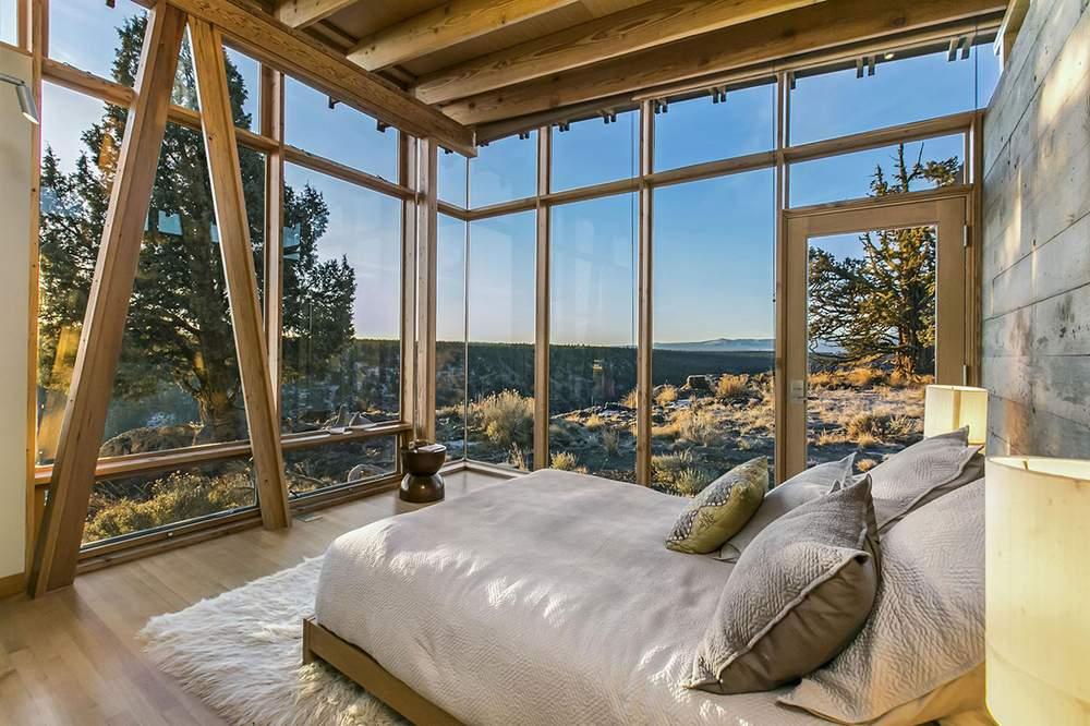 房屋共有两间卧室。图为卧室之一。Cascade Sothebys International Realty