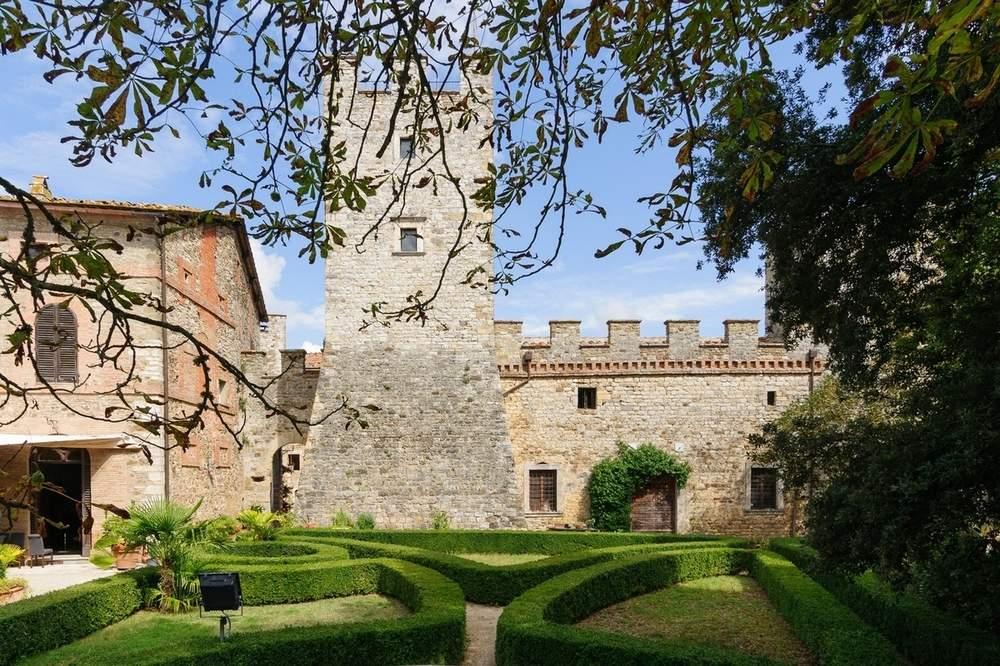 此处地产距中世纪古城Siena不远,占地1556英亩。地产上的城堡仍保留着中世纪建筑风格,附带四个巨型泳池和一个网球场。目前葡萄园面积为44英亩,但可以扩展到148至172英亩。此外庄园上还有两个湖泊,用以灌溉和垂钓。查看房源详情(图片来源:Italy Sotheby's International Realty)