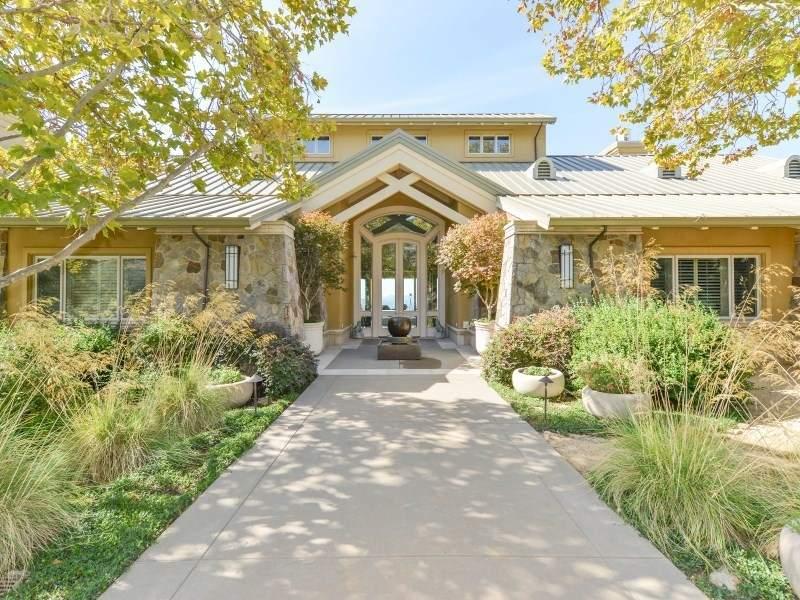 这个美丽的庄园占地42英亩,附带一个小型酿酒厂与独立的酒窖和品酒室。庄园上可种植葡萄。查看房源详情(Sotheby's International Realty)