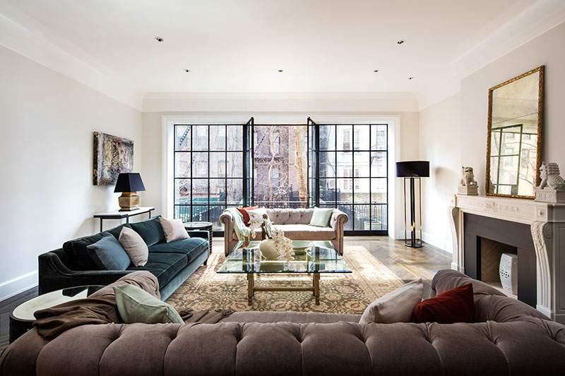 主客厅通向一个浪漫的法式阳台,从这里可以俯瞰花园美景。(图片来源:Dolly Lenz Real Estate)