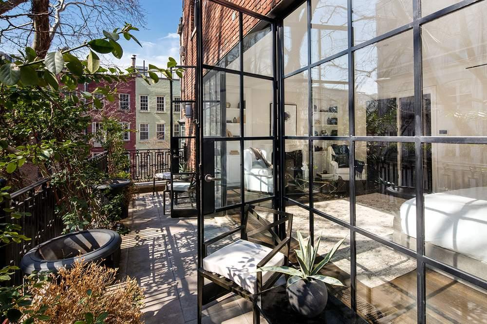 与屋顶花园相连的一间卧室。(图片来源:Dolly Lenz Real Estate)