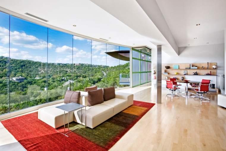 房屋依山而建,远眺奥斯汀市区,视野极佳。根据经纪人,房屋共有146扇玻璃窗。KUPER SOTHEBY'S INTERNATIONAL REALTY
