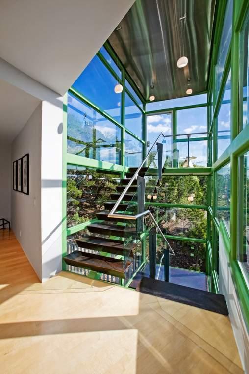 房屋的居住区和招待区由一个钢梁和玻璃材质的楼梯间分隔。KUPER SOTHEBY'S INTERNATIONAL REALTY