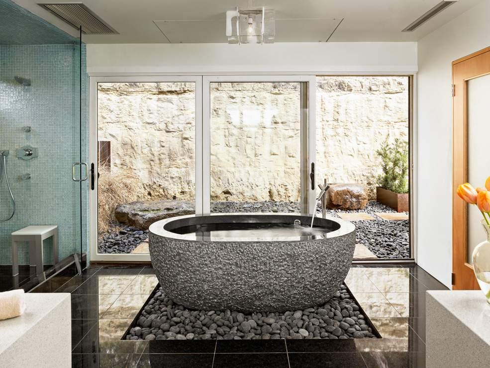 主浴室的浴缸由一整块灰色岩石雕成,重达3200磅。KUPER SOTHEBY'S INTERNATIONAL REALTY