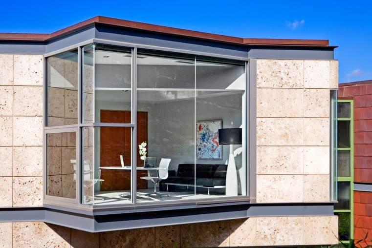 落地玻璃窗贯穿整栋建筑。KUPER SOTHEBY'S INTERNATIONAL REALTY