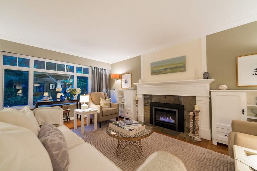 室内全部铺设硬木地板。图为客厅。(图片来源:COLDWELL BANKER PRESTIGE REALTY)