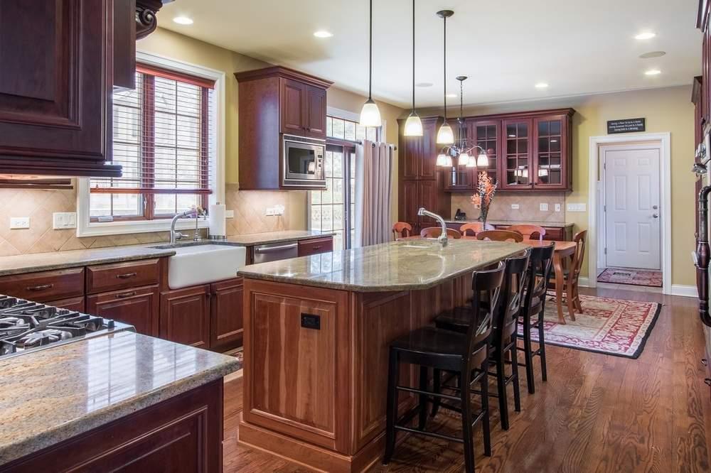 厨房配有高档品牌家电,两台洗碗机及三台烤箱。(图片来源:Jameson Sotheby's International Realty)