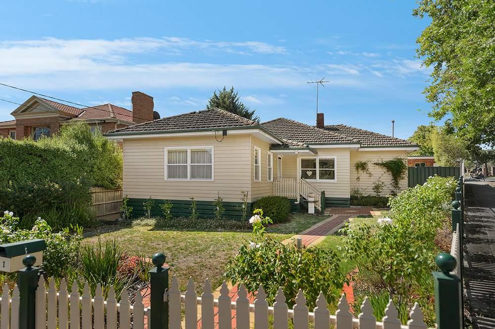 房屋位于街区转角,占地609平方米。(图片来源:Jack Peng)