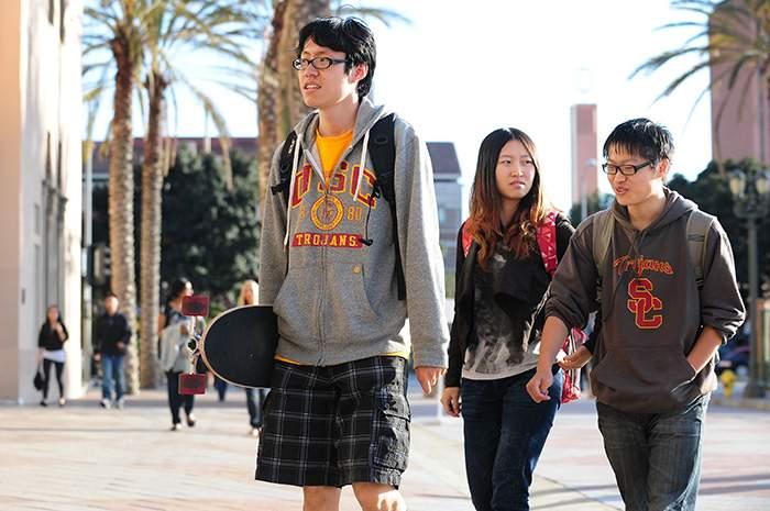 据洛杉矶当地地产经纪观察,大部分中国留学生在附近暂租,一般都等到毕业后才根据工作情况买房。(图片来源:Frederic J. Brown\/AFP\/Getty Images)
