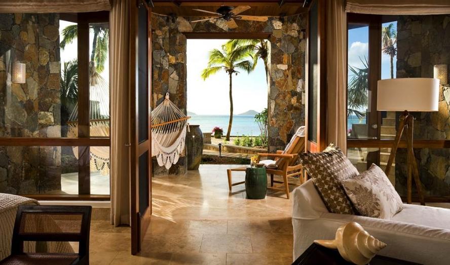 沙滩吊床和海螺饰品也是突出海味主题的装饰品。(图片来源:British Virgin Islands Sotheby's International Realty)