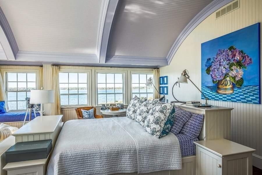 蓝色与粉色的搭配活泼亮丽,与窗外的景色呼应和谐。(图片来源:WALLACE & CO. SOTHEBY'S INTERNATIONAL REALTY)