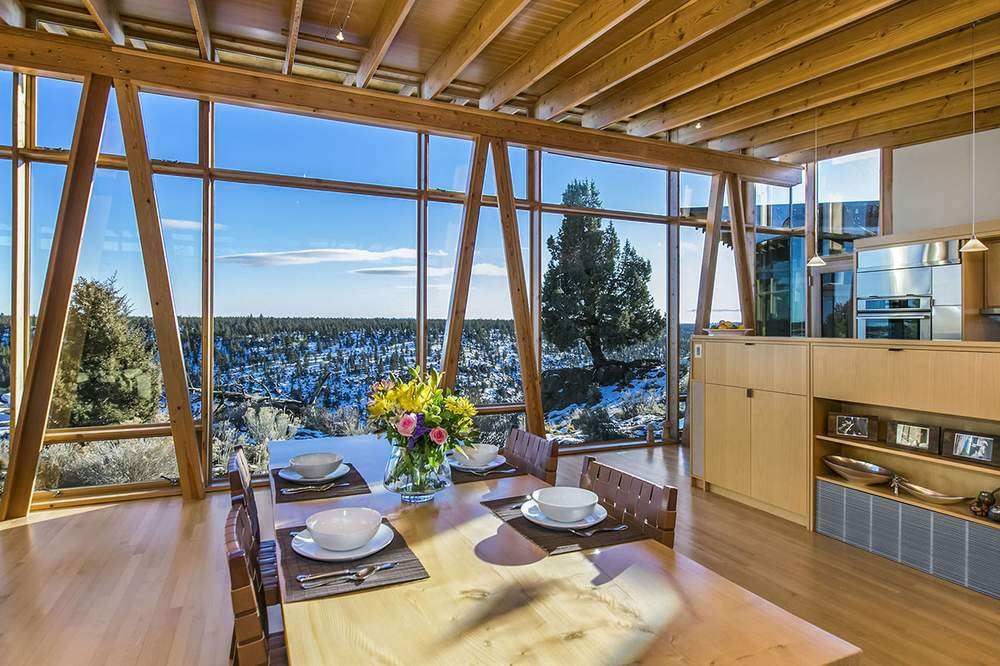 开放式厨房和餐厅。Cascade Sothebys International Realty