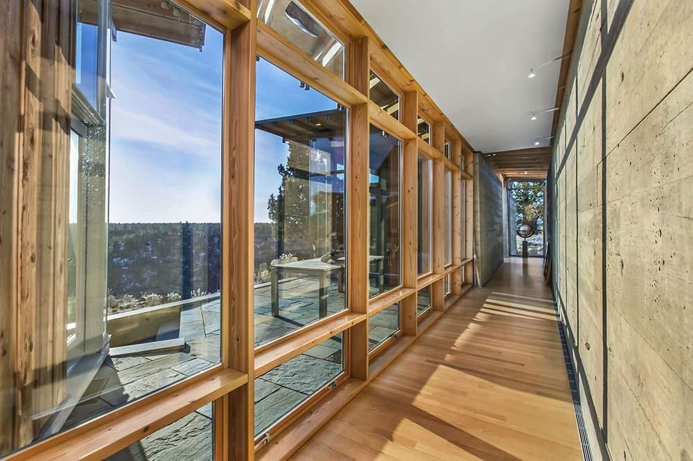 洒满阳光的走廊。Cascade Sothebys International Realty