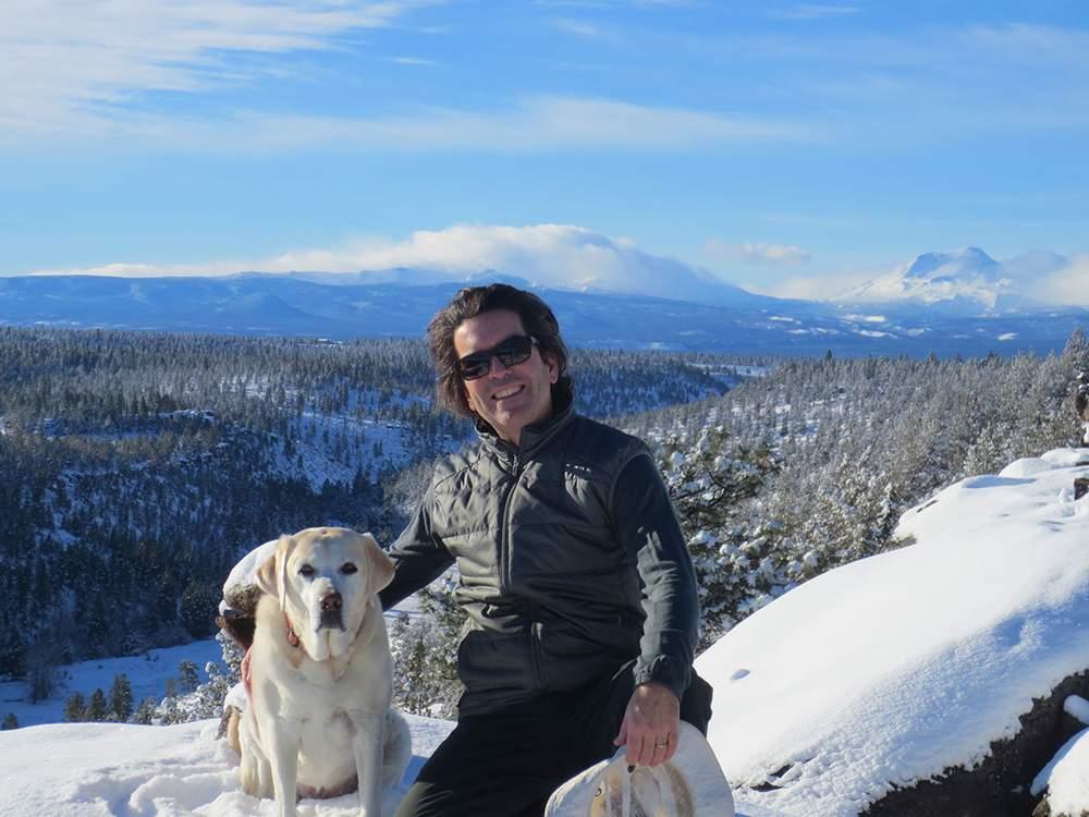 房主与爱犬Taiga在度假屋旁。Mark Monteiro