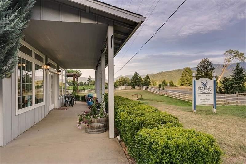 此处名为Deer Creek Vineyards的酒庄是俄勒冈州南部历史悠久、最受尊敬的酒庄,葡萄园面积为40英亩,另有20英亩草场。附带品酒室、红酒零售和批发设施,有潜力开发生产矿泉水。查看房源详情(Christie's International Real Estate Luxe Platinum Properties)