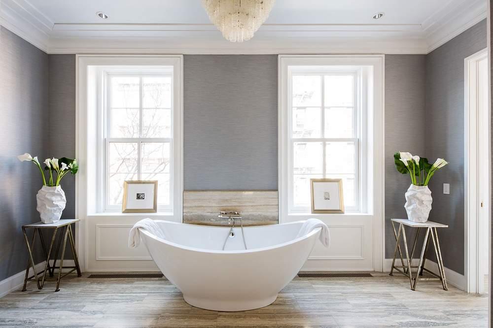 主浴室铺有海洋蓝石灰华地面和Bianco Dolomiti白色云石大理石。独立浴缸外还有一个带双花洒的蒸汽淋浴房。(图片来源:Dolly Lenz Real Estate)