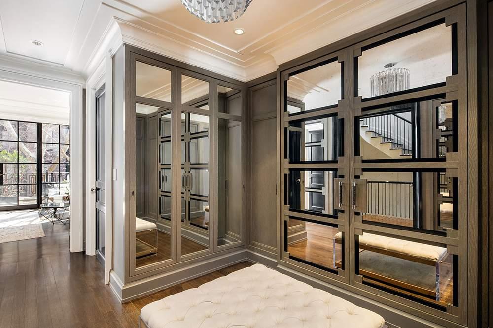 定制衣柜为洗白橡木材质,装有镀镍把手。(图片来源:Dolly Lenz Real Estate)
