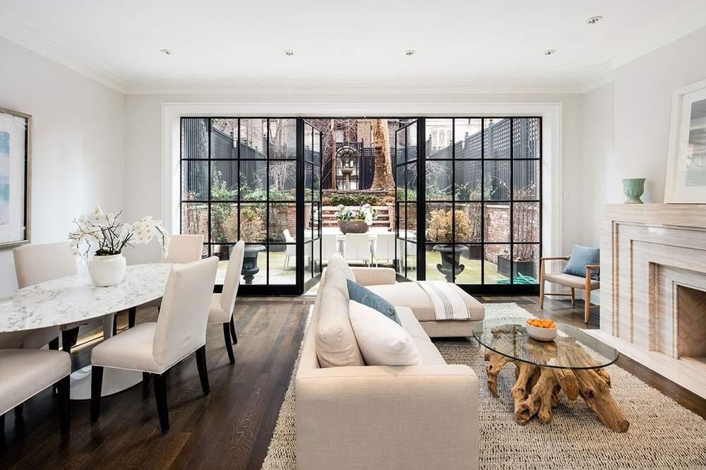 家庭房的法式玻璃门通向花园。(图片来源:Dolly Lenz Real Estate)