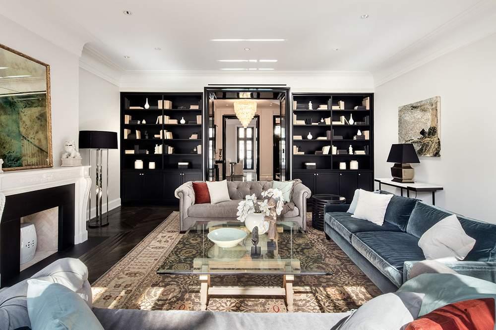 客厅的亮点之一是卡莱拉大理石燃木壁炉。(图片来源:Dolly Lenz Real Estate)