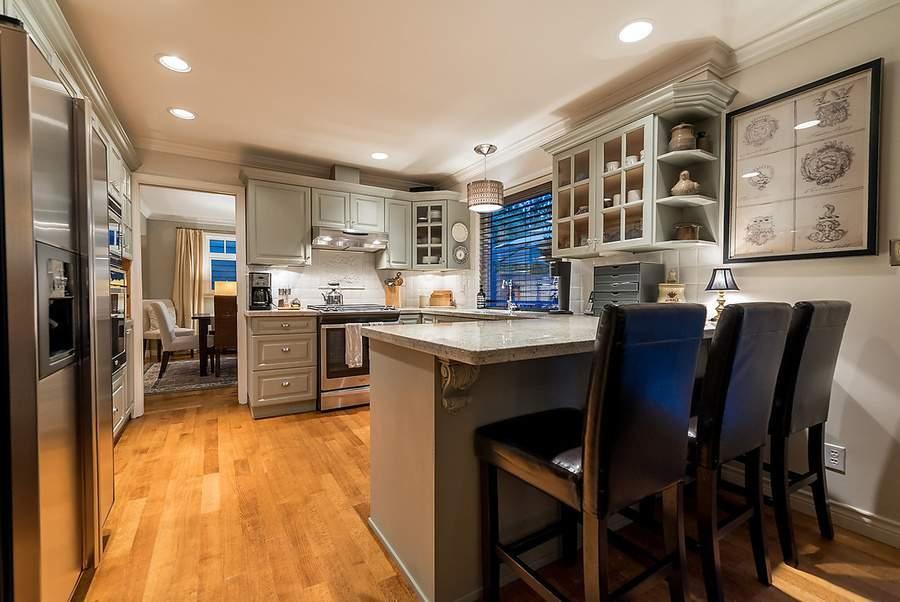 设施齐全的厨房带有简餐岛台。(图片来源:COLDWELL BANKER PRESTIGE REALTY)