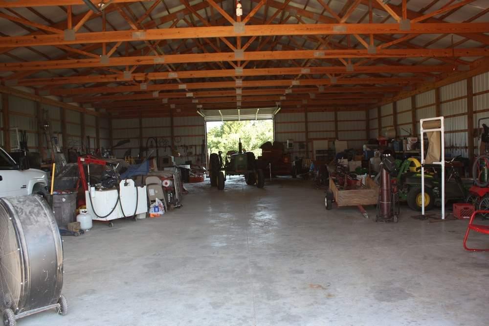图为4400平方呎的农机储藏库,此外农场还建有两处干草仓。(图片来源:Patricia Maddux)