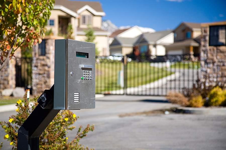 来自美国人口普查局的数据显示,全美有超过1000万个家庭居住在封闭式小区中。(图片来源:Rich Legg\/E+\/Getty Images)